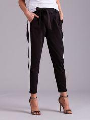 Czarne spodnie z białym lampasem