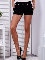 Czarne szorty ze złotymi guzikami