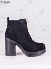 Czarne zamszowe botki na wysokim słupku i ozdobą na tyle buta