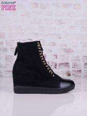 Czarne zamszowe sneakersy ze złotymi szlufkami i skórzaną wstawką z przodu
