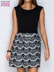 Czarno-biała sukienka z graficznymi motywami i brokatowymi groszkami