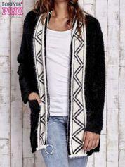 Czarny puszysty sweter z geometrycznym wykończeniem