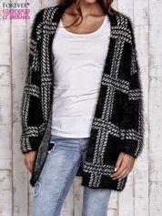 Czarny sweter w kratę z kieszeniami