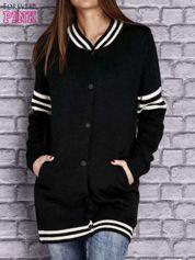 Czarny sweter z kieszeniami zapinany na zatrzaski