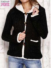 Czarny sweter z podszewką barankiem