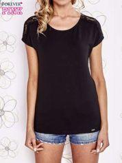 Czarny t-shirt z koronkowym wykończeniem rękawów