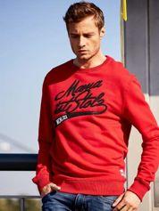 Czerwona bluza męska z tekstowymi naszywkami