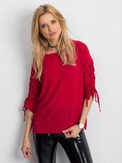 Czerwona bluzka z drapowanymi rękawami