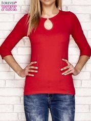 Czerwona bluzka z łezką przy dekolcie