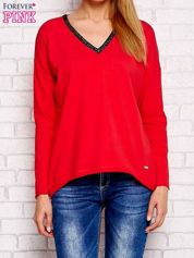 Czerwona bluzka z trójkątnym dekoltem