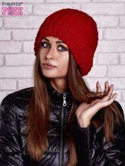 Czerwona czapka o grubym splocie