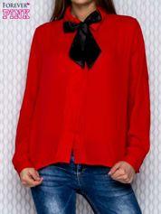 Czerwona koszula mgiełka z plisami przy guzikach i wstążką