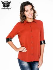 Czerwona koszula ze skórzanymi mankietami