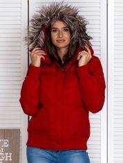 Czerwona kurtka puchowa z kapturem z futerkiem