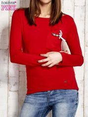 Czerwona melanżowa bluzka z biżuteryjną przypinką