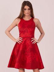 Czerwona sukienka w atłasowy kwiatowy wzór