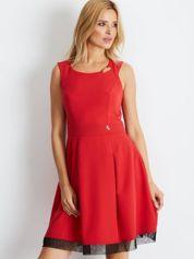 Czerwona sukienka z siateczkowym wykończeniem