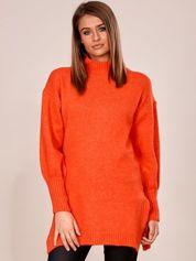 Czerwony długi sweter z szerokimi ściągaczami