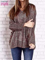 Czerwony melanżowy sweter oversize o kroju nietoperz