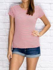Czerwony prążkowany t-shirt w paski