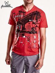 Czerwony t-shirt męski z miejskim nadrukiem