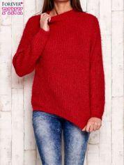 Czerwony włochaty sweter z półgolfem