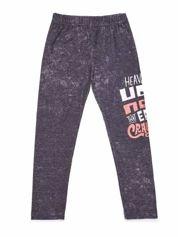Dekatyzowane legginsy dziewczęce z nadrukiem tekstowym szare