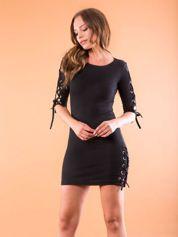 Dopasowana sukienka lace up w szeroki prążek czarna