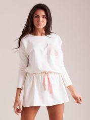 Ecru dresowa sukienka z kieszonką