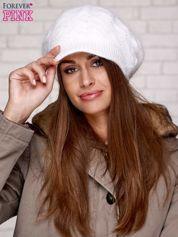 Ecru dziergana czapka z daszkiem