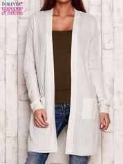 Ecru prążkowany sweter z kieszeniami