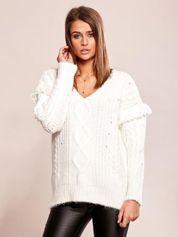 Ecru sweter w warkocze z frędzlami