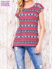 Ecru t-shirt z czerwono-niebieskim nadrukiem