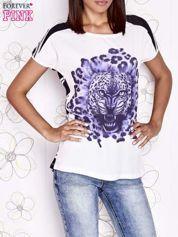 Ecru t-shirt z fioletowym zwierzęcym nadrukiem i pasiastym tyłem