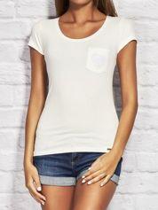 Ecru t-shirt z koronkowym sercem na kieszonce