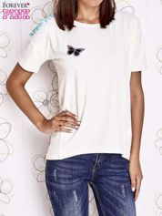 Ecru t-shirt z naszywką motyla i pomponami