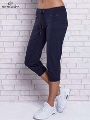 Grafitowe spodnie capri z dżetami przy kieszeniach