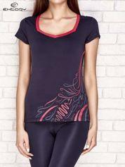 Grafitowo-różowy t-shirt z nadrukiem i kieszonką