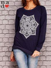 Granatowa bluza z ornamentowym nadrukiem