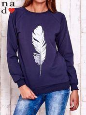 Granatowa bluza z piórkiem