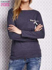 Granatowa melanżowa bluzka z biżuteryjną przypinką