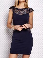 Granatowa sukienka z koronowymi wstawkami