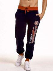 Granatowe dresowe spodnie męskie z napisem CALIFORNIA i naszywką