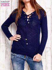 Granatowy dzianinowy sweter z wiązaniem