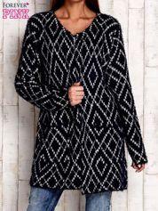 Granatowy sweter z geometrycznymi motywami