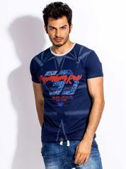 Granatowy t-shirt męski z graficznym printem