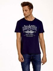 Granatowy t-shirt męski z napisami i kotwicą