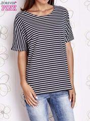 Granatowy t-shirt w paski z ozdobnym dekoltem na plecach