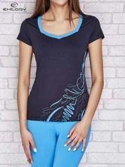 Granatowy t-shirt z nadrukiem i kieszonką