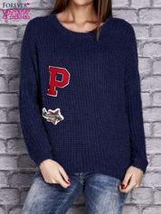 Granatowy włochaty sweter z naszywkami